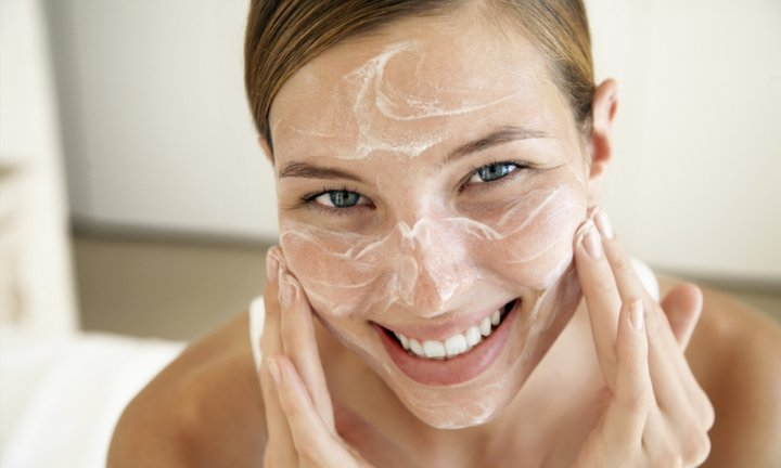 Правила нанесения содово-солевого скраба на лицо
